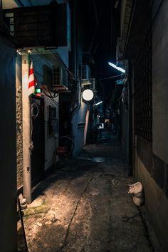 路地裏 Space Pirate, Alley Cat, Easy Rider, Japanese Architecture, Slums, Night City, Architectural Elements, Urban Landscape, City Streets