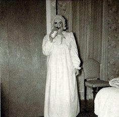 las-espeluznantes-fotos-de-disfraces-de-halloween-de-antes-disfraz-pijama-biberon.jpg (600×590)