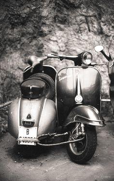 Ride a Vespa in Italy. Moto Vespa, Vespa Motorcycle, Piaggio Vespa, Lambretta Scooter, Scooter Motorcycle, Vespa Scooters, Vespa Vintage, Vintage Cars, Antique Cars