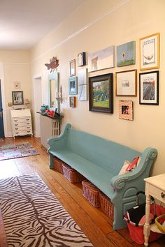 Old church pew into bench! Does anyone have an old church pew? Church Pew Bench, Church Pews, Church Foyer, Painted Furniture, Diy Furniture, Old Country Houses, House Of Turquoise, Banquette, Home Fashion