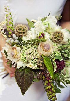 Sommerliche Blumen und Pflanzen zu einem Strauß zusammenbinden