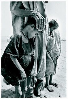 Sebastiao Salgado, Africa - despite drought, famine, there is a mother (or father), an adult to hold these children close Documentary Photographers, Great Photographers, House Of Pain, Street Photography, Art Photography, Salt Of The Earth, Monochrom, Magnum Photos, People Of The World