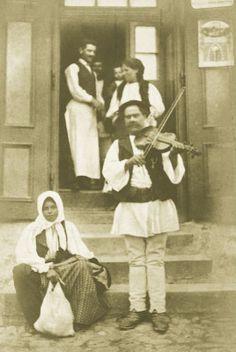 Zigeunermusiker vor einer Schenke in Szelistye (Siebenbürgen). Photographie. Um 1910.