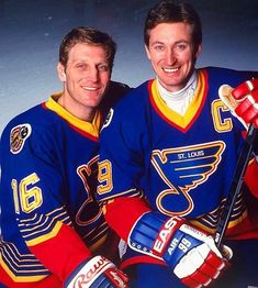 Father and son hockey who has the better shot in this picture? Brett Hull or Gretzky? Hockey Teams, Ice Hockey, Hockey Stuff, Hockey Mom, St Louis Blues, Blues Nhl, Canada Hockey, Hockey World, Wayne Gretzky