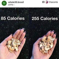 #Repost @thaconte  Quando falamos que não nos preocupamos com calorias não quer dizer que elas são insignificantes quer dizer que dentro de um contexto de alimentação saudável elas são a última coisa que contamos. Na foto há um erro que muita gente comete dentro de uma estratégia nutricional: achar que por ser #lowcaeb é open.. open só água mesmo  o resto precisa de bom senso e equilíbrio. Uma  dica é associar gorduras a fibras (legumes frutas..) para que a refeição fique ainda mais…