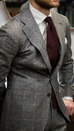 Très beau Prince de Galles gris relevé avec du bordeaux