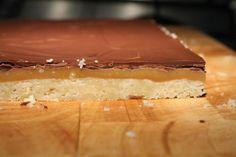 Twix készítése házilag 22 - Twix házilag oldalról fotózva Tiramisu, Cheesecake, Ethnic Recipes, Food, Caramel, Cheesecakes, Essen, Meals, Tiramisu Cake