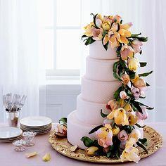 ¿Quién dijo que el pastel tenía que ser blanco? Puede ser del color que más te guste. Actualmente puedes elegir entre infinidad de colores para decorar tu
