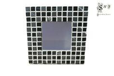ESPEJO MOSAICO BLACK & WHITE - SONIA HOME FASHION Categoría de la tienda: ESPEJOS MEDIANOS Espejo de sobremesa y pared teselado con mosaico de cristal y mármol en tonos negros y grises.  Ideal para decorar y personalizar el hogar.  La pata trasera es desmontable, lo que permite que se pueda colgar en la pared.  Acabado lacado en blanco.