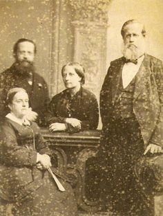 Da esquerda para a direita: Princesa D. Januária, seu esposo o Conde de Áquila, Imperatriz Teresa Cristina e o Imperador  Pedro II do Brasil, c.1871
