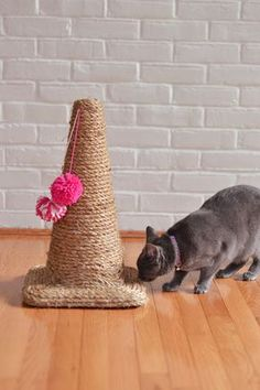 Un rascador para gatos con un cono de tráfico y cuerda de cáñamo