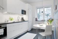 Having Fun Cooking in Bewitching Scandinavian Kitchen Designs : The White And Grey Combination Is Very Beautiful And Suits This Kitchen Style Perfectly Swedish Kitchen, Nordic Kitchen, Scandinavian Kitchen, Scandinavian Style, French Kitchen, Kitchen Modern, Nordic Style, Kitchen Cabinets Decor, Farmhouse Kitchen Cabinets