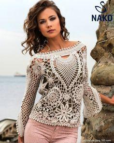 Hola, chicas!  Hoy tengo para vosotras una blusa increíble con elementos de crochet irlandés de color blanco roto. Un modelo precioso para las mujeres además...