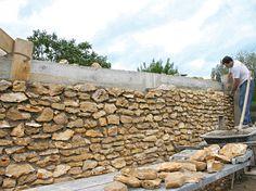 Découvrez, pas à pas, comment fabriquer un mur de clôture en pierres grâce à nos experts. Habillage des parpaings, jointoyage des pierres... Nous vous éclairons !
