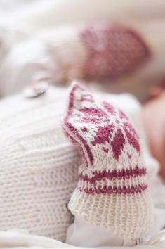 Baby Knitting Patterns Gloves The colors raspberry and nature Baby Hat And Mittens, Knit Mittens, Knitted Gloves, Knitting For Kids, Baby Knitting Patterns, Hand Knitting, Baby Barn, Knitted Baby Clothes, Mittens Pattern