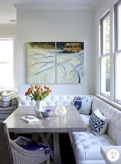 Essa é uma ótima idéia para quem tem uma sala de jantar apertadinha, apesar que eu acho super charmoso nas salas maiores também. Não utilizar apenas cadeiras, e sim uma mescla de cadeiras e banco. …