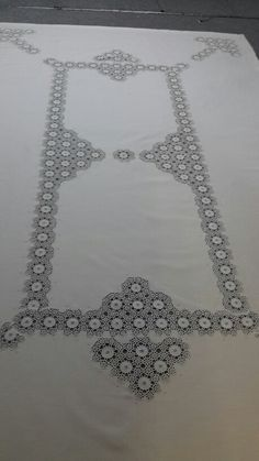 This Pin was discovered by HUZ Crochet Tablecloth, Crochet Doilies, Crochet Stitches, Embroidery Patterns Free, Crochet Art, Table Covers, Needlework, Diy And Crafts, Beads