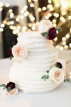 Pretty floral topped cake: http://www.stylemepretty.com/2016/05/21/one-pearl-necklace-three-generations-the-perfect-bridal-accessory/ | Photography: Sweetlife Photo - http://lovethesweetlife.com/