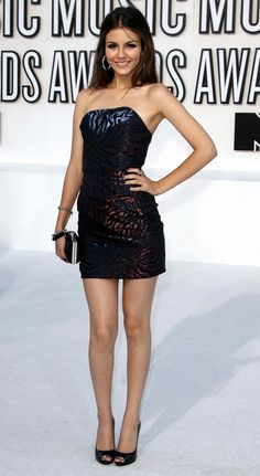 Victoria Justice via Classy Bro Victoria Justice Outfits, Victoria Justice Style, Vicky Justice, Victorious Justice, Beautiful Celebrities, Sexy Legs, Strapless Dress Formal, Hot Girls, Short Dresses