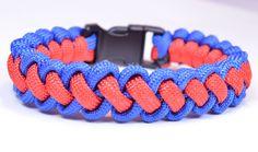 """DIY a """"Curling Millipede"""" Survival Paracord Bracelet - BoredParacord Paracord Bracelet Instructions, Paracord Tutorial, Paracord Knots, Paracord Bracelets, Bracelet Tutorial, Knot Bracelets, Parachute Cord Crafts, Diy Cadeau Noel, Paracord Projects"""