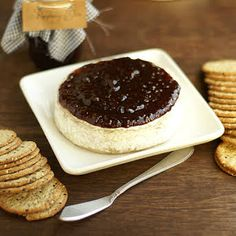 Make the perfect appetizer with this great Raspberry Baked Brie Appetizer recipe! This baked brie with jam is so delicious and warm! Baked Brie With Jam, Baked Brie Appetizer, Homemade Raspberry Jam, Sour Cream Pound Cake, Recipes Appetizers And Snacks, Quick Appetizers, Desserts, Party Dishes, Prosciutto