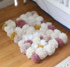 Este tapete de pompom é lindo e deixa qualquer cômodo com décor renovado, sem contar que as crianças adoram (Foto: vilamulher.com.br)