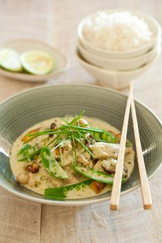 NOMU Thai Curry is a delicious warming meal. Make sure you get your flavours going to bring out the best of this thai curry. Small Food Processor, Food Processor Recipes, South African Recipes, Ethnic Recipes, Thai Green Chicken Curry, Curry Ingredients, Food Now, Mushroom And Onions, Toasted Sesame Seeds