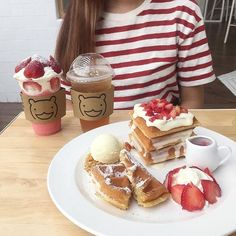 Find images and videos about food, coffee and cake on We Heart It - the app to get lost in what you love. Dessert Drinks, Dessert Recipes, Good Food, Yummy Food, Cute Desserts, Food Goals, Cafe Food, Aesthetic Food, White Aesthetic