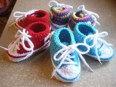 Treat little feet with these adorable crochet baby shoes! They are the perfect first pair of crochet converse for baby. This Crochet Baby Converse pattern by Suzanne Resaul… Booties Crochet, Converse En Crochet, Crochet Baby Booties, Crochet Slippers, Crochet For Kids, Free Crochet, Knit Crochet, Ravelry Crochet, Ravelry Free