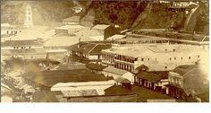 https://flic.kr/p/6qqmHw | Valparaiso, Hotel de L'Union, el English Hotel y el Hotel de Paris. en 1863, | se ubicaban en la calle Cochrane. tambien se observa la tienda de cigarros y la tienda de cuchilleria. En el primer piso del Hotel L'Union hay una Muebleria y Carpinteria. El English Hotel se encontraba en la actual Plaza Echaurren. Esta plaza antiguamente era más chica, ya que sólo ocupaba la sección entre Serrano y Castillo