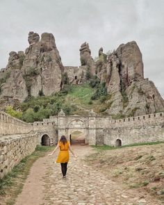 Belogradchik Fort, Bulgaria Source by Places In Europe, Places Around The World, Places To Travel, Places To See, Travel Destinations, Around The Worlds, Viajar A Bulgaria, European City Breaks, Wanderlust