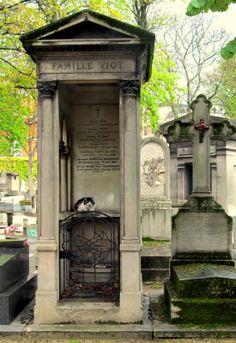 Montmartre Cemetery, a beautiful cemetery with at least a dozen friendly cats living there. Cemetery Angels, Pet Cemetery, Cemetery Statues, Cemetery Headstones, Old Cemeteries, Graveyards, Paris France, Paris 3, Montmartre Paris
