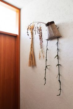 家の何カ所かに、奥さんが自然素材から手作りした飾りが置かれている。真中は唐辛子でつくられた魔除けという。