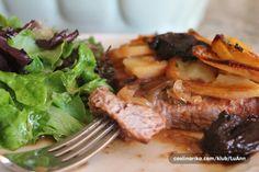 Jako ukusno i jednostavno , sve u jednom jelu i peceno meso i umak i prilog , trebas napraviti samo salatu . Meso uzmi po svojoj volji ( purece ili pilece karabatke , teletina , svinjetina ili govedina ) samo da ne bude previse tanko narezano .