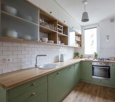 Green kitchen cabinets make us feel comfortable. Nature's dominant color, green has a soothing result. Kitchen Room Design, Kitchen Sets, Home Decor Kitchen, Interior Design Kitchen, New Kitchen, Modern Retro Kitchen, Kitchen Dinning, Modern Kitchen Design, Green Kitchen Cabinets
