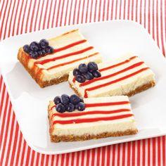 Prepara un pay de queso o de limón como normalmente lo harías y córtalo en rebanadas rectangulares. Decora con moras y mermelada de fresa.