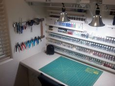 Craft room: small shelves on wall, magnetic tool storage, big cutting mat, good lighting. Paint Storage, Craft Room Storage, Tool Storage, Hobby Desk, Hobby Hobby, Hobby Craft, Painting Station, Ideas Habitaciones, Creation Deco