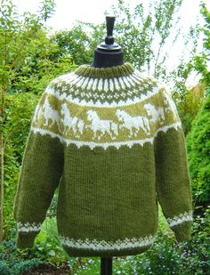 Vert Olive, Icelandic Sweaters, Horse Pattern, Crochet Cross, Fair Isle Knitting, Hobbies And Crafts, Needlework, Knitting Patterns, Men Sweater