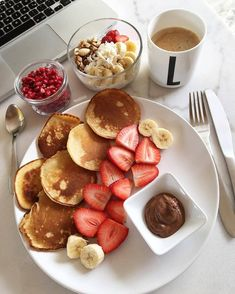 Quick Healthy Breakfast Ideas & Recipe for Busy Mornings Tumblr Food, Healthy Snacks, Healthy Recipes, Healthy Fruits, Healthy Life, Food Goals, Aesthetic Food, Food Cravings, Food Inspiration