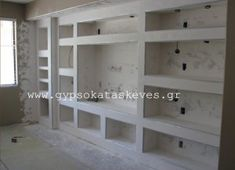 Ράφια γυψοσανίδας σε σαλόνι για τη δημιουργία σύνθετου