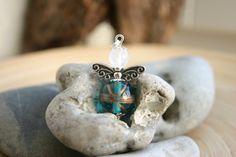 niedlicher kleiner Schutzengelanhänger, das Köpfchen ist eine Rosenquarzperle, der Bauch eine Glasperle, die Flügel sind aus Tibetsilber