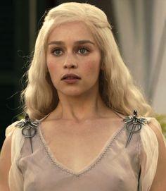 Emilia Clarke as Daenerys Targaryen in Game of Thrones (TV Series, 2010).