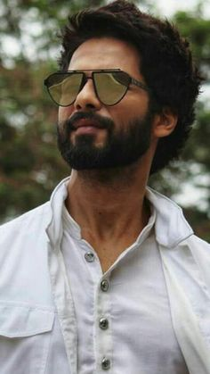 😍😍😍😍Love you soo much shahid kapoor😘😘😘😘😘😘😘 Bollywood Couples, Bollywood Stars, Indian Hairstyles Men, Shahid Kapoor, Shahid Khan, Famous Indian Actors, Sneakers Outfit Men, Celebrity Sunglasses, Beard Haircut