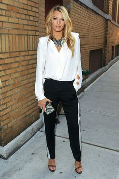 Pantalon banda lateral con blusa y sandalias