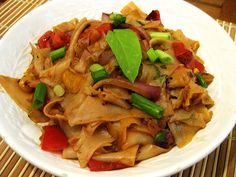 Drunken noodles has always been one of my favorite things to order at Thai restaurants. I have always loved stir fried tomatoes in Asian food, in fact, I wish that they were an option more often. Vegan Noodles Recipes, Delicious Vegan Recipes, Veggie Recipes, Asian Recipes, Real Food Recipes, Dinner Recipes, Ethnic Recipes, Dinner Ideas, Pad See Ew Noodles