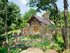 Até onde vai a criatividade na arquitetura? Este projeto, inspirado no filme O Hobbit, é uma réplica perfeita da toca de hobbits, com pedras do século 18, telhas feitas à mão, portas de cedro e uma janela borboleta.