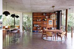 Een strakkearchitectuur, golvende lijnen, grote open ruimtes met veel glas en binnen een rustigejaren '70 vibe. De woning trok vooral mijn aandacht door het