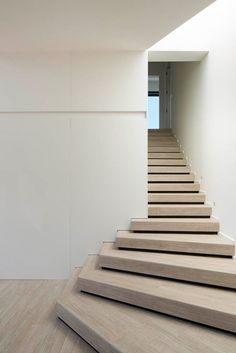 Symmetries with Nature - Haus in Barcelona von Susanna Cots - Besten Haus Dekoration Interior Stairs, Best Interior, Interior Design, Escalier Design, Stair Detail, Stair Handrail, House In Nature, Modern Stairs, Stair Steps