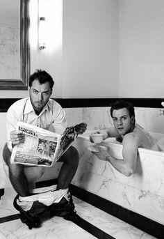 Ya quisiera entrar a mi baño y encontrar esta escena con Jude Law & Ewan McGregor
