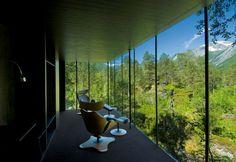 J'imaginais le film Ex Machina avec sa résidence ultra moderne pour milliardaire filmé dans des décors avec une utilisation massive de 3D mais en réalité il a été tourné dans un superbe hôtel perdu au milieu de la nature à Alstad en Norvège créé par les a
